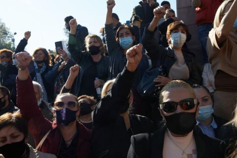 Штурмуют прокуратуру: в Ереване вспыхнули новые акции протеста (ВИДЕО)