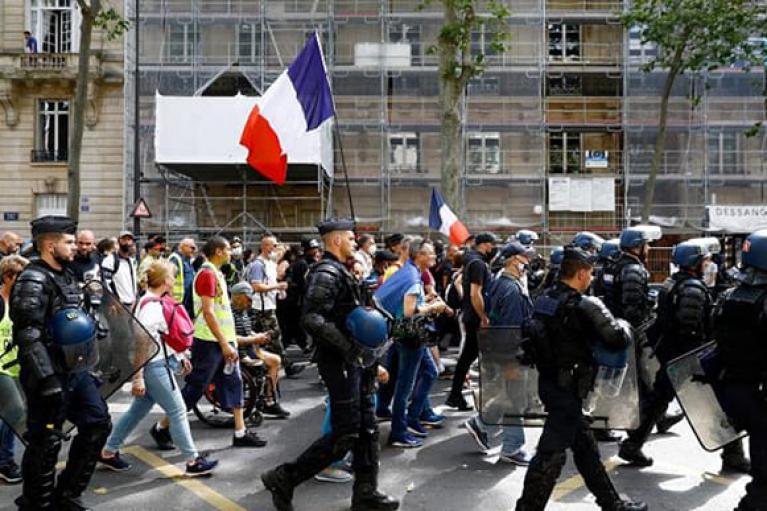"""У Франції демонстранти побилися з поліцією на акції проти """"паспортів здоров'я"""" (ФОТО, ВІДЕО)"""