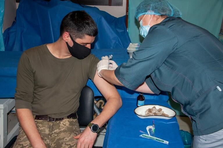 В зоне ООС началась вакцинация военных от коронавируса