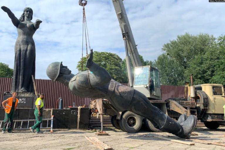 Во Львове завершили демонтаж советского Монумента Славы (ФОТО, ВИДЕО)