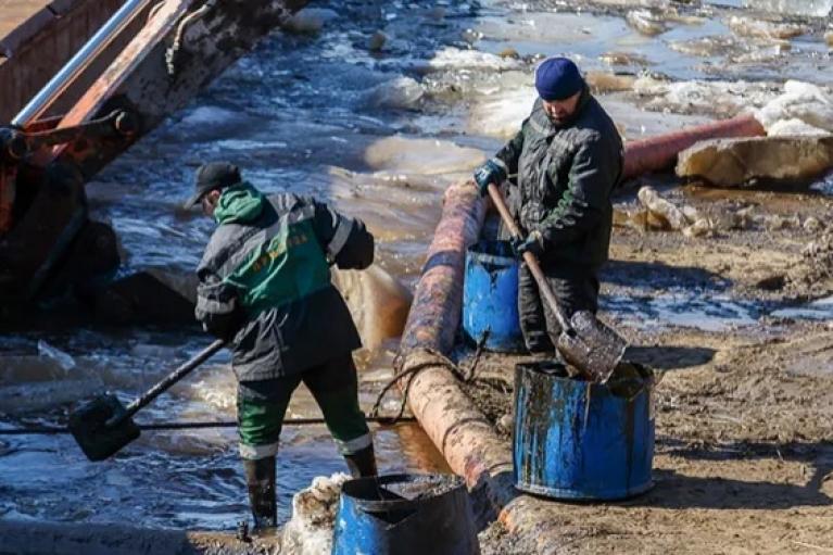 В России в реку попали десятки тонн нефти (ФОТО. ВИДЕО)