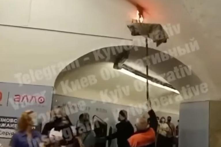 Тряпкой на швабре: опубликовано видео, как тушили пожар в киевском метро