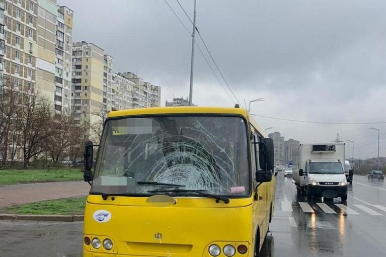 У Києві маршрутка насмерть збила жінку біля пішохідного переходу (ФОТО)