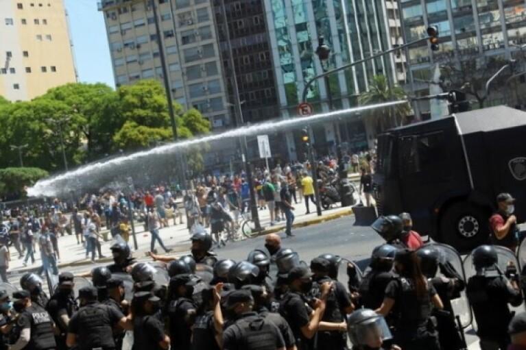 Прощание с Марадоной в Буэнос-Айресе переросло в массовые беспорядки (ВИДЕО)