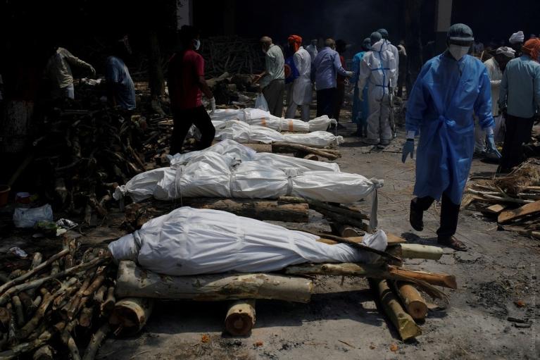 В Индии на берег Ганга выбросило десятки тел жертв COVID-19