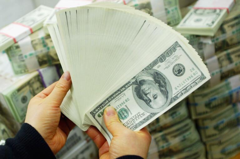 Доллар вместо золота. Как НБУ инвестирует в Америку и теряет миллиарды