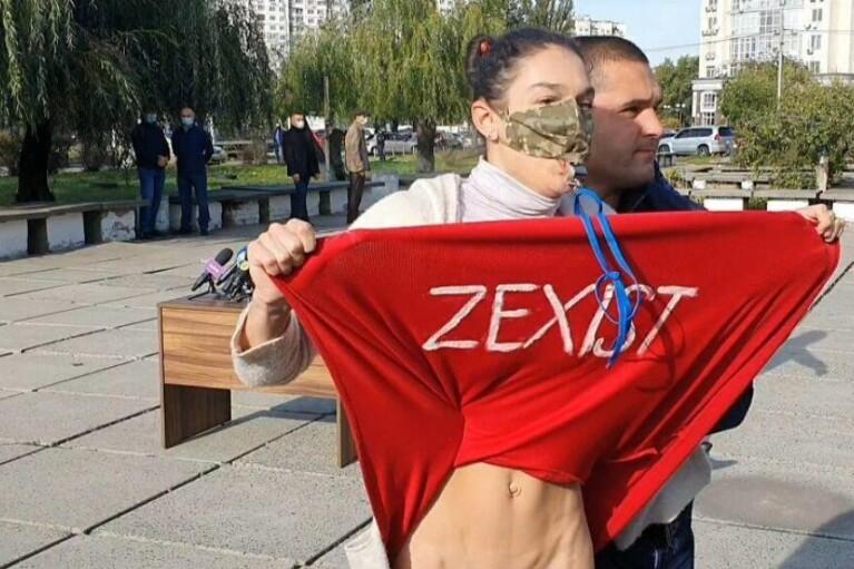 Суд оцінив стриптиз активістки Femen перед Зеленським у 85 гривень