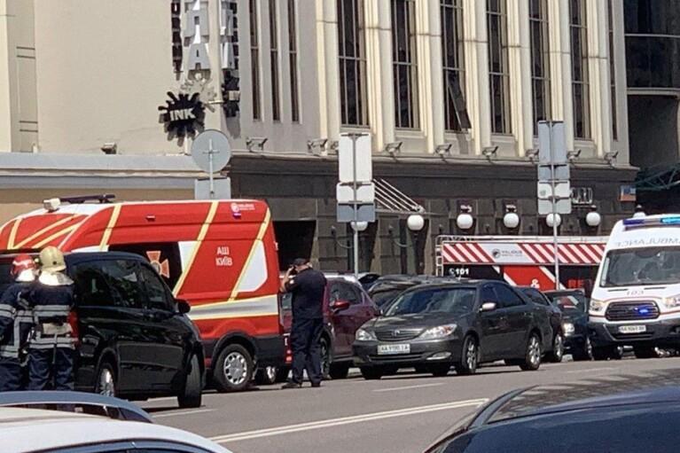 В центре Киева мужчина захватил отделение банка и угрожает взрывчаткой