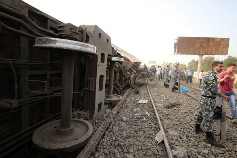 Крушение поезда в Египте: 11 человек погибли, почти 100 получили ранения (ФОТО)