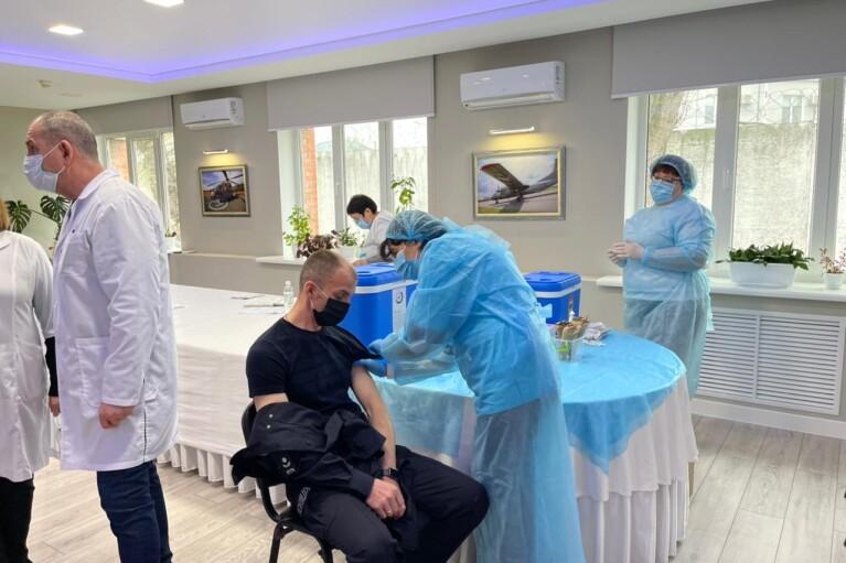 В Украине начали вакцинировать от COVID-19 полицейских и пограничников
