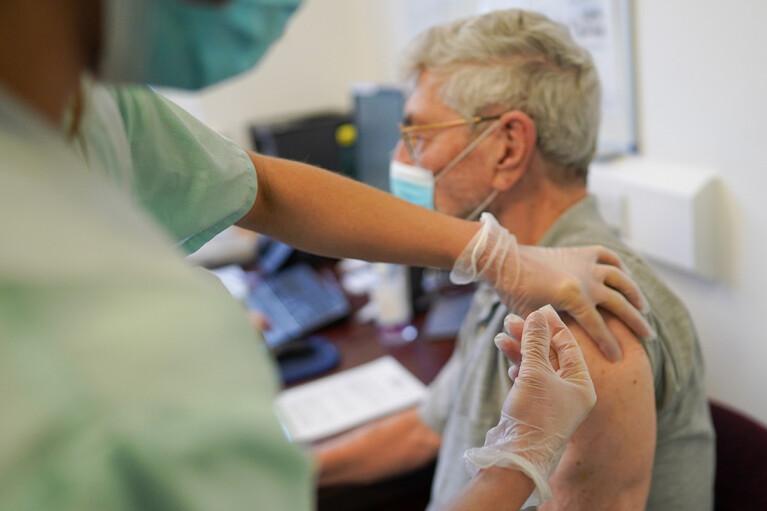 Эпидемиолог рассказала, кто может не вакцинироваться от COVID-19