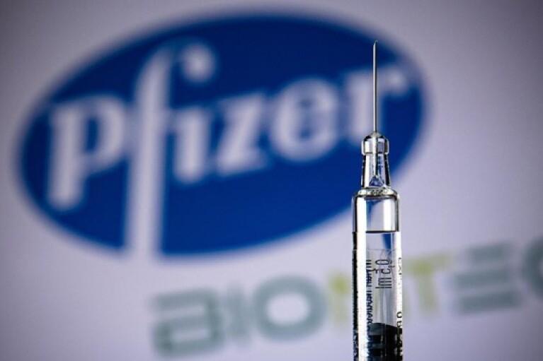 """Південно-африканський штам коронавірусу може """"обходити"""" вакцину Pfizer, — фахівці"""