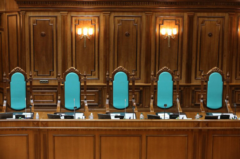 Судей посчитают по весне. Почему решение конституционного кризиса отложено в долгий ящик