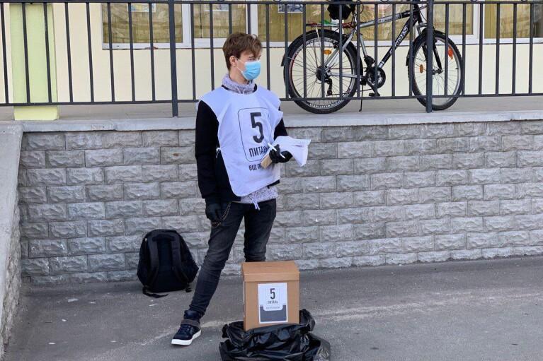 Опрос Зеленского: одинокие волонтеры, листы А4 и картонные коробки вместо урн (ФОТО)