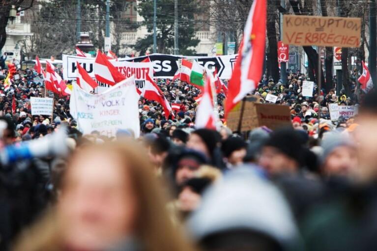 Тисячі людей у Відні протестували проти коронавірусних обмежень (ФОТО)