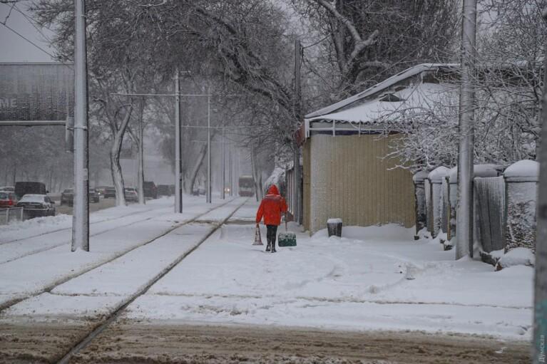 Сильный снегопад парализовал Одессу (ФОТО, ВИДЕО)