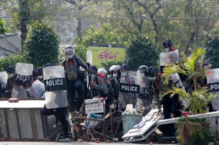 Военный переворот: демонстрантов в Мьянме разогнали светошумовыми гранатами и слезоточивым газом (ВИДЕО)