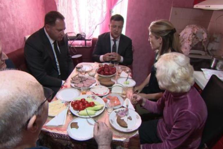 Зеленський привів американську журналістку до батьків: пригощав салом у присутності Єрмака (ФОТО)