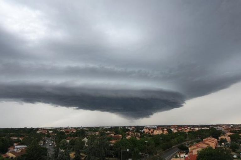 На Францію обрушився шторм: 44 тисячі ударів блискавки і град розміром з тенісний м'яч (ВІДЕО)