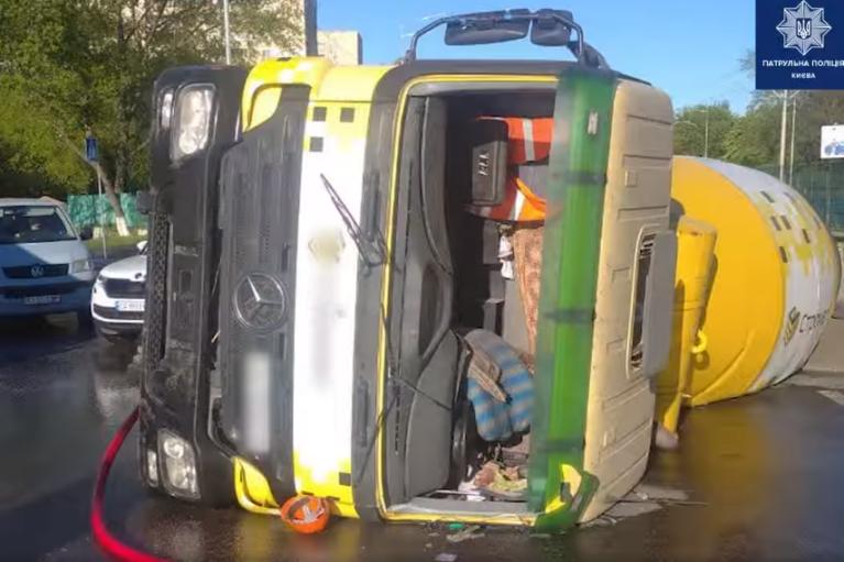 В Киеве пьяный водитель бетономешалки устроил ДТП: два человека в больнице (ВИДЕО)