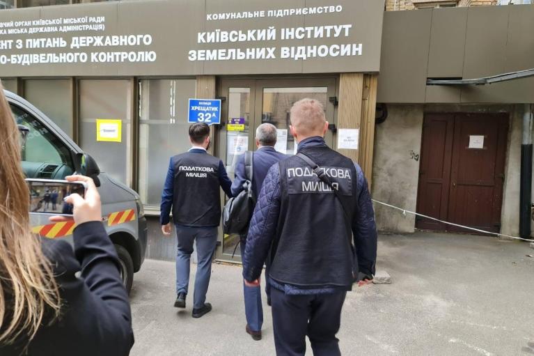 Фискалы нагрянули с обысками в земельный департамент КГГА (ФОТО)