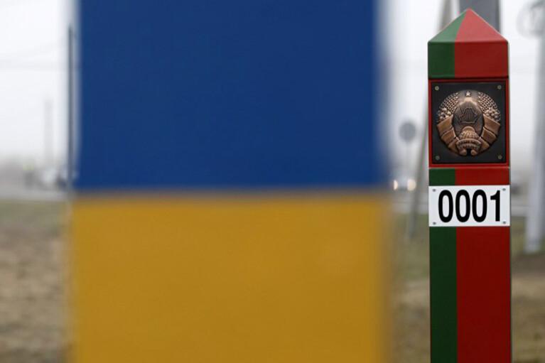 Сім-карти за 50 євро і далекобійники. Як українці заробляють на білоруському кордоні