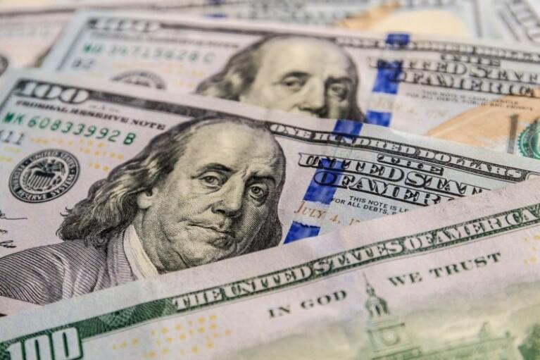 """Курс валют на 21 квітня: долар """"застиг"""" на  """"психологічній позначці"""""""