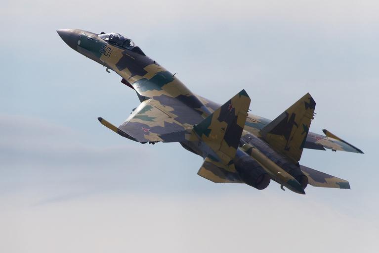 Відмовив двигун: у Росії військовий винищувач впав у море