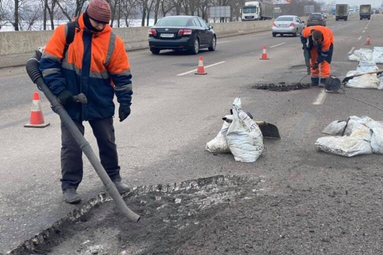 У Києві невідомий відкрив вогонь по працівниках, які виконували ремонт дороги
