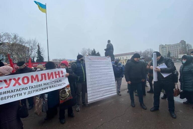 """Учасники """"тарифного протесту"""" в Житомирі прорвалися до міськради (ФОТО, ВІДЕО)"""