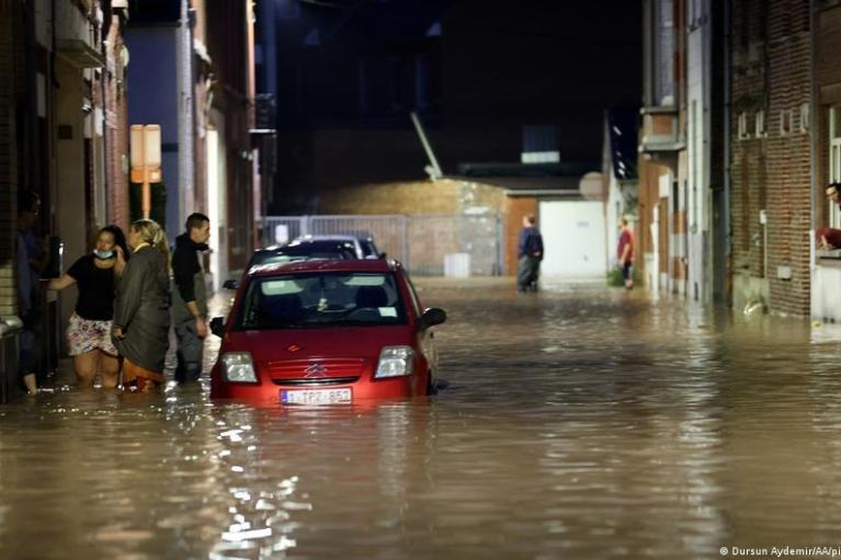 На Бельгию снова нашли наводнения: авто смывает водой (ФОТО)