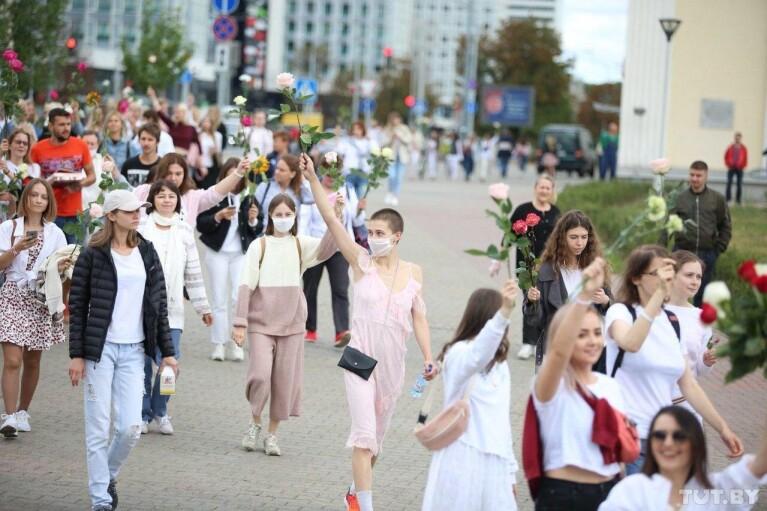 Протесты в Беларуси. День четвертый: Цепи, цветы и сбежавший Лукашенко
