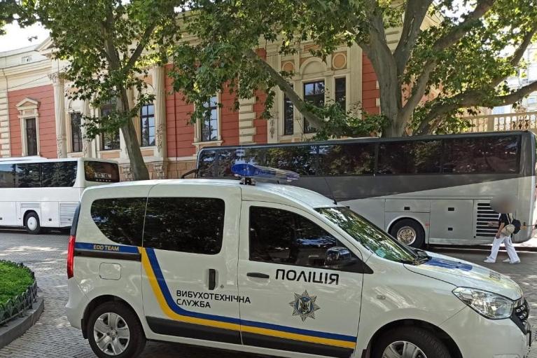 """В Одессе """"заминировали"""" здание мэрии, полиция эвакуировала около 200 человек (ФОТО)"""