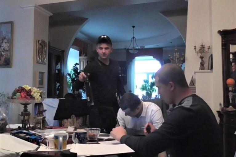 Детективи НАБУ на обшуку викликають повій, крадуть їжу і застосовують силу до адвоката (ВІДЕО)