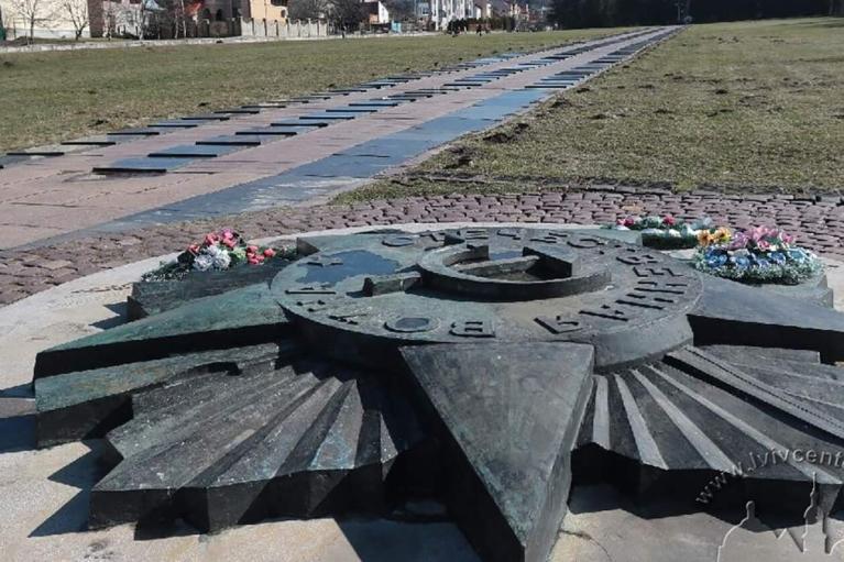 Во Львове на Марсовом поле начали демонтаж советской звезды