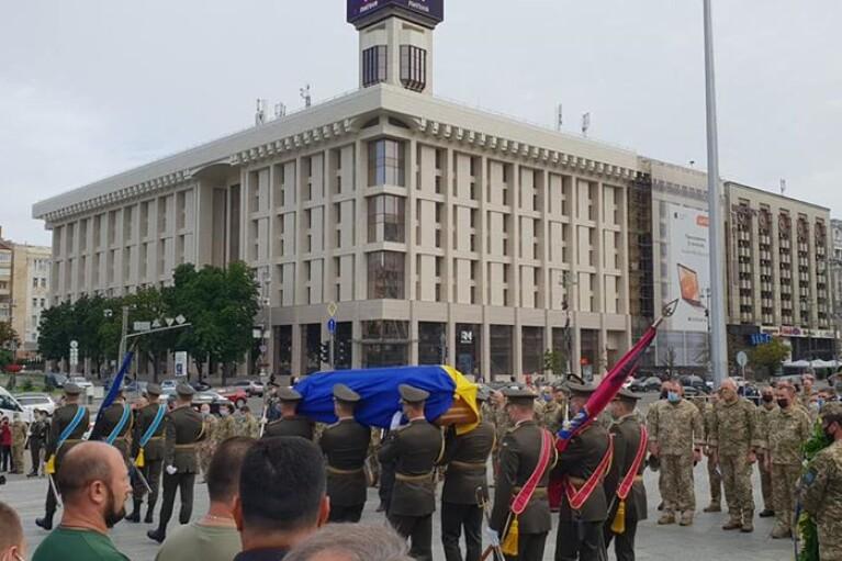 На Майдане в Киеве состоялась церемония прощания с погибшим на Донбассе героем (ФОТО, ВИДЕО)