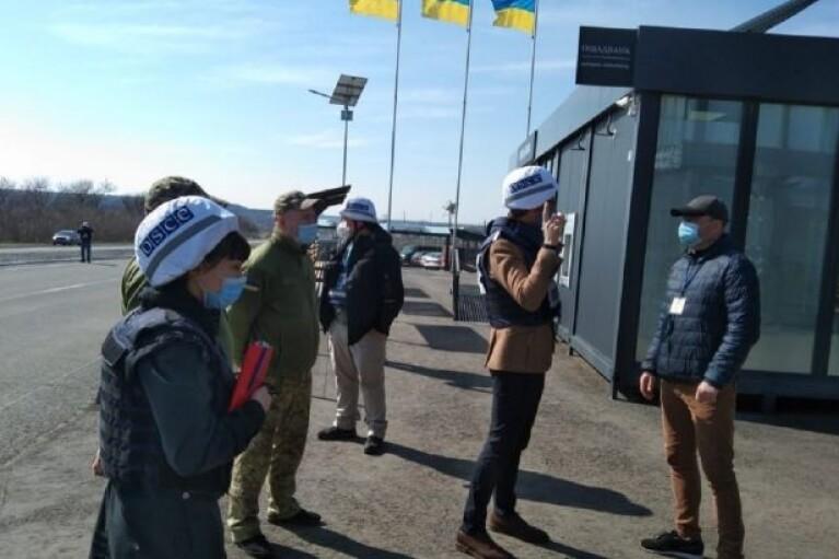 Посол Швеции в Украине приехал в зону ООС