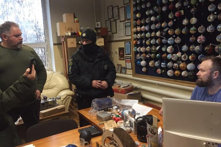 На фабриці під Києвом виявили прикраси з символікою РФ: на місце прибули АТОшники й поліція