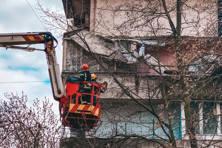 В Киеве в жилом многоэтажном доме обвалился балкон (ФОТО)