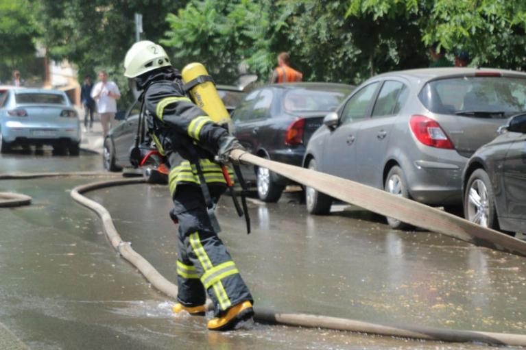 У Києві евакуювали людей з палаючої багатоповерхівки (ФОТО)