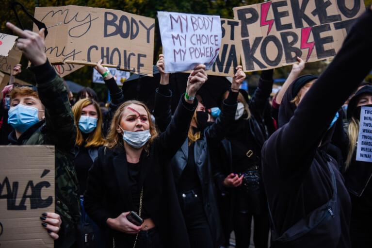 """""""Это война!"""". Как в Польше протестуют против запрета абортов"""