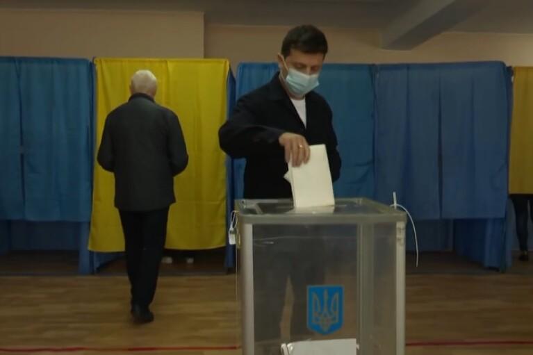 Зеленский и первая леди проголосовали на местных выборах (ВИДЕО)