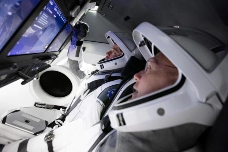Капсула Crew Dragon вернулась на Землю. Что сказали Илон Маск и Дональд Трамп