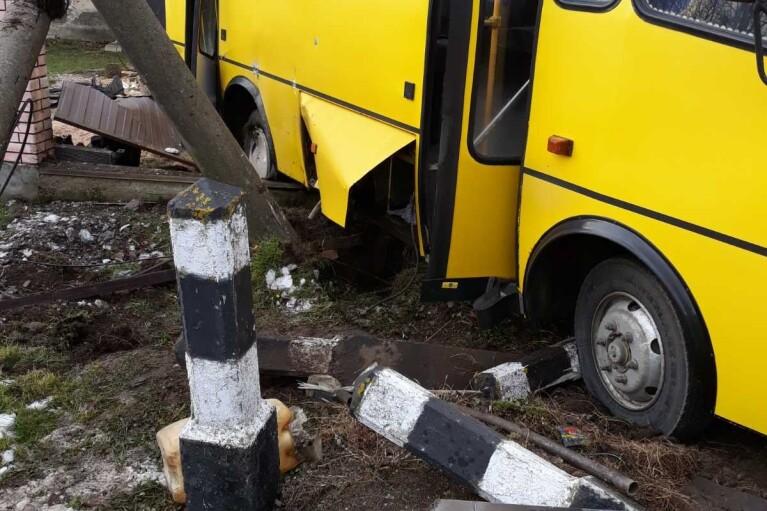На Львівщині потяг в'їхав у маршрутку, двоє постраждалих (ФОТО)