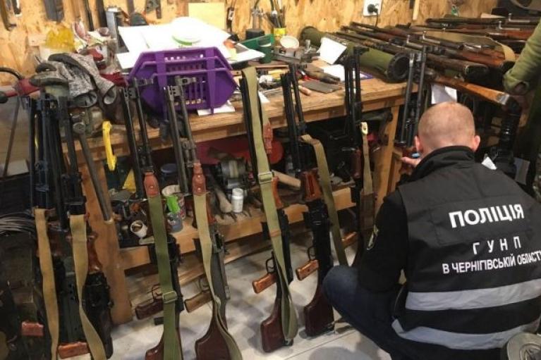В Чернигове обнаружили подпольную оружейную: изъяли целый арсенал (ФОТО)