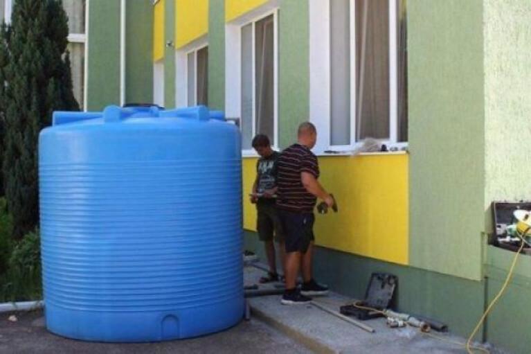 Зневоднення Криму: у Сімферополі встановлюють відеоспостереження за діжками з водою (ФОТО)