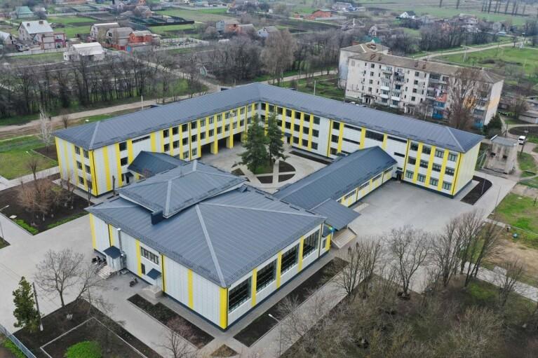 """У мережі показали, як виглядала школа в Апостоловому до і після """"Великого будівництва"""""""