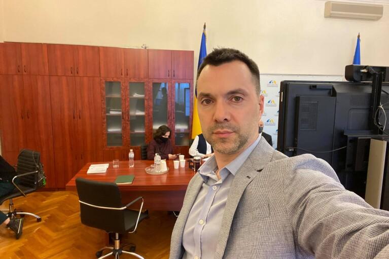 Просто поміркували: Арестович заявив, що перенесення засідань ТКГ з Мінська всерйоз не обговорюють