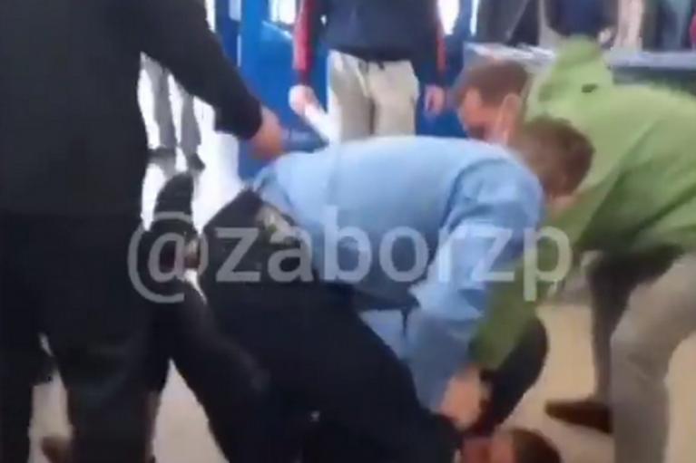 В Запорожье покупатель без маски подрался с охранниками супермаркета (ВИДЕО)
