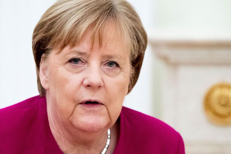 Для Меркель устроили прощальную церемонию с вручением подарка